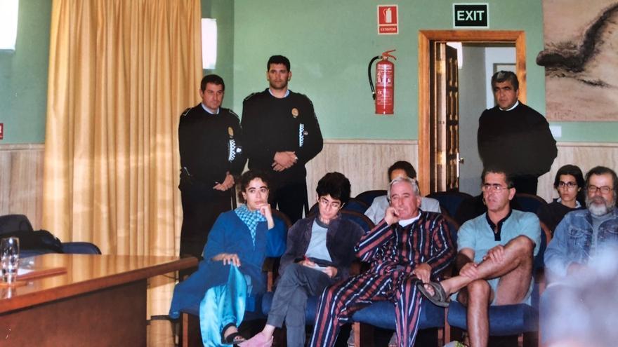 Protesta en el pleno del Ayuntamiento de La Oliva. Los ecologistas acudieron en pijama.