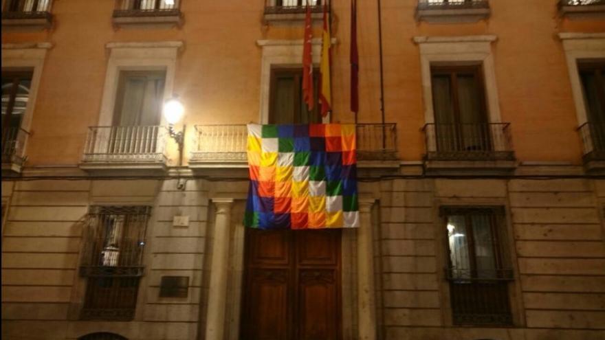 Bandera whipala en la Junta de Distrito Centro de Madrid (@ahoramadridcentro)