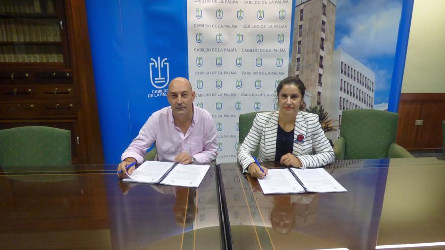La consejera insular de Asuntos Sociales, Jovita Monterrey, firma el contrato con el representante Promepal, Juan Carlos Cabrera.