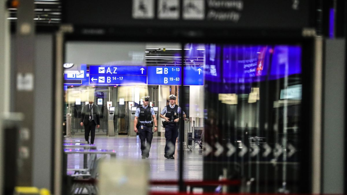 Policías patrullan en el aeropuerto de Fráncfort.