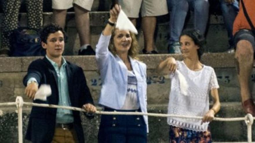 Froilán asiste a una corrida de toros en Palma de Mallorca, acompañado por su madre, Elena de Borbón, y su hermana Victoria Federica, menor de edad. Foto: EFE
