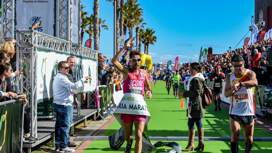 El atleta olímpico Rubén Palomeque entrando a meta en la 10 k de la Gran Canaria Maratón.