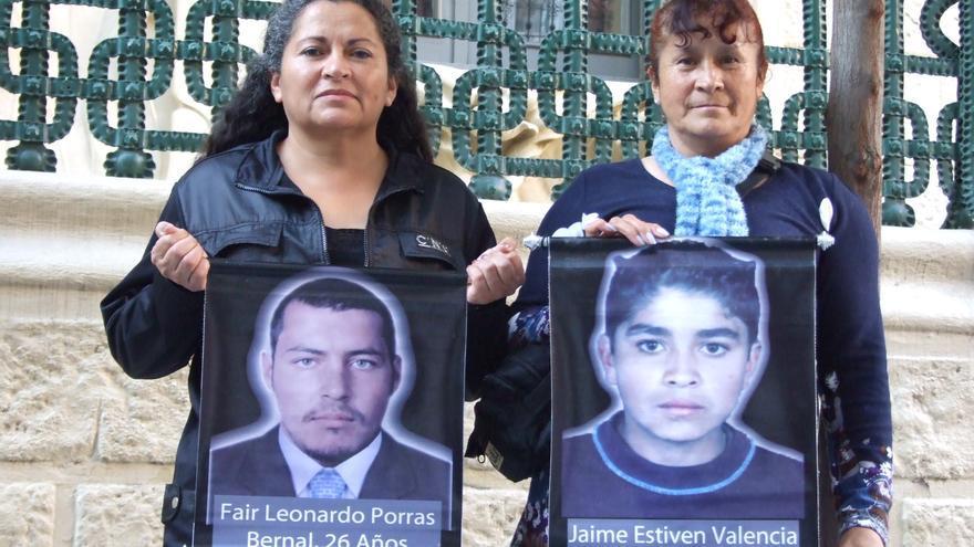Dos de las denominadas Madres de Soacha en su visita a Madrid con los carteles de sus hijos desaparecidos