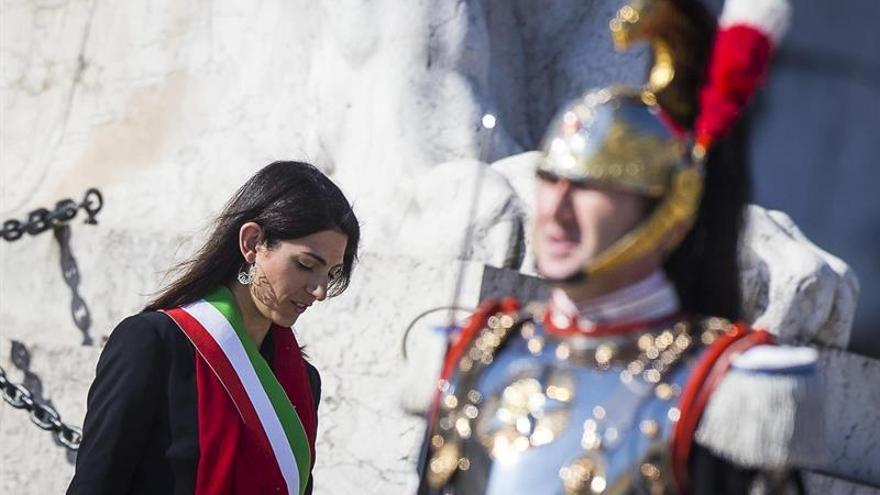 La Fiscalía pide enjuiciar a la alcaldesa de Roma por falsedad y desestima abuso poder
