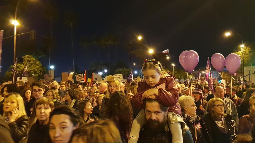 Miles de mujeres se manifiestan en defensa del feminismo por las calles de Sevilla.
