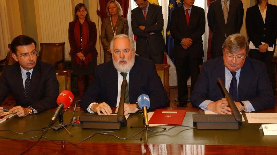 Arias Cañete, con el entonces presidente del ICO, Román Escolano, y José Ramón Bujanda, en abril de 2013. Foto: MAGRAMA