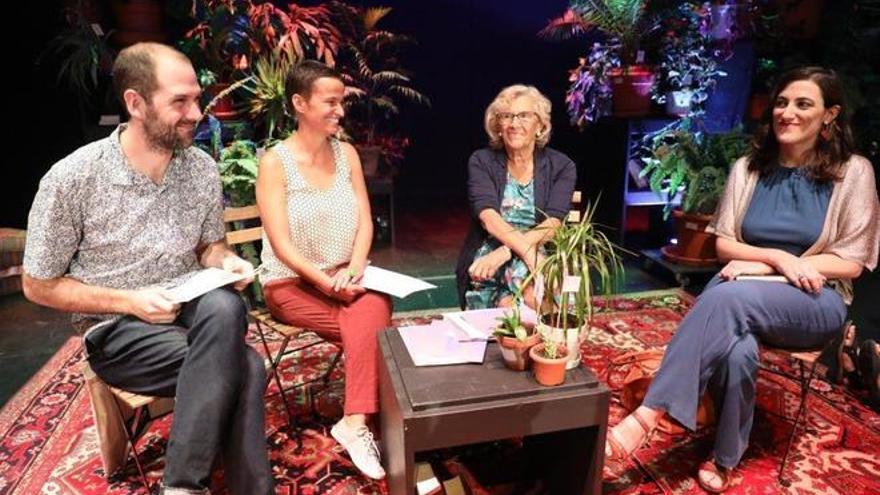 Los directores de Conde Duque, Miguel Oyarzun e Isla Aguilar a la izquierda y la alcaldesa de Madrid, Manuela Carmena.