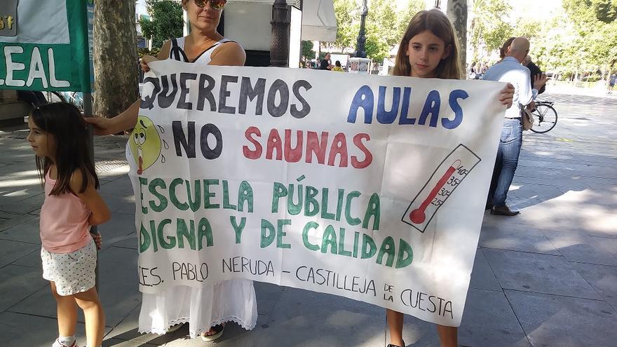 """Padres y madres acuden al 'entierro' de la ley andaluza de bioclimatización en los colegios: """"Queremos aulas, no saunas"""""""