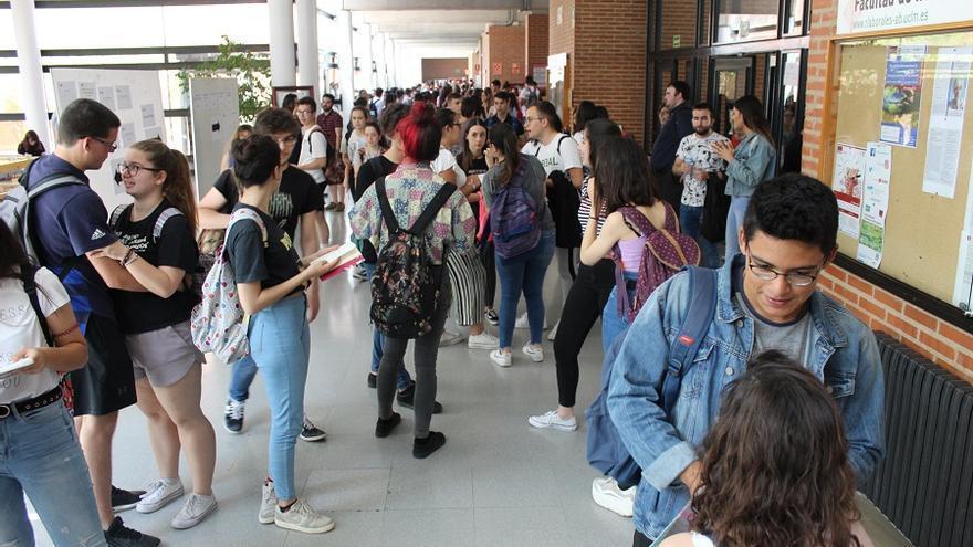 Alumnos esperan en los pasillos de la Facultad de Relaciones Laborales de Albacete para entrar al segundo examen de la EvaU