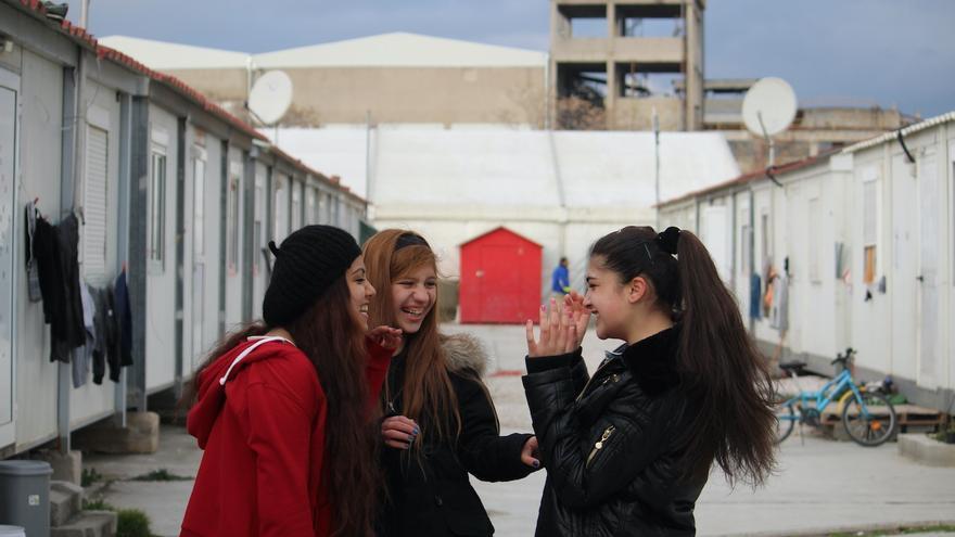Nazarin Mahour, Nuur Raad y Amina Rashid se han hecho amigas en Grècia. Ahora van a la escuela por las tardes / JOAN MAS