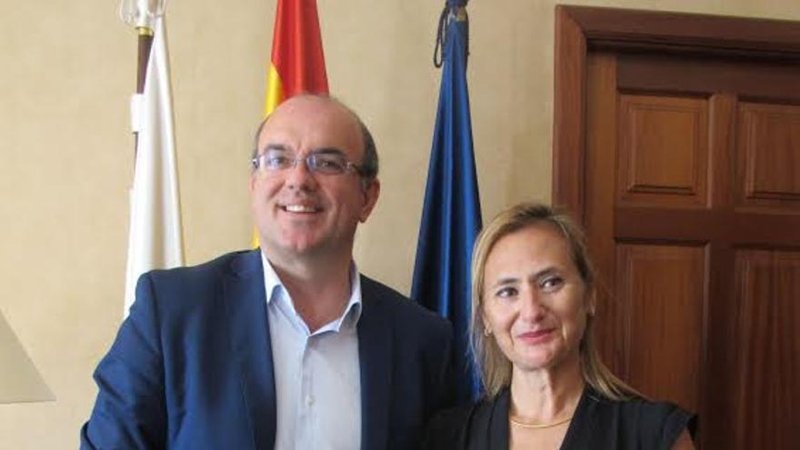 El presidente del Cabildo, Anselmo Pestana, y la encargada de marketing de la región de Coquimbo (Chile), Pamela Duarte.