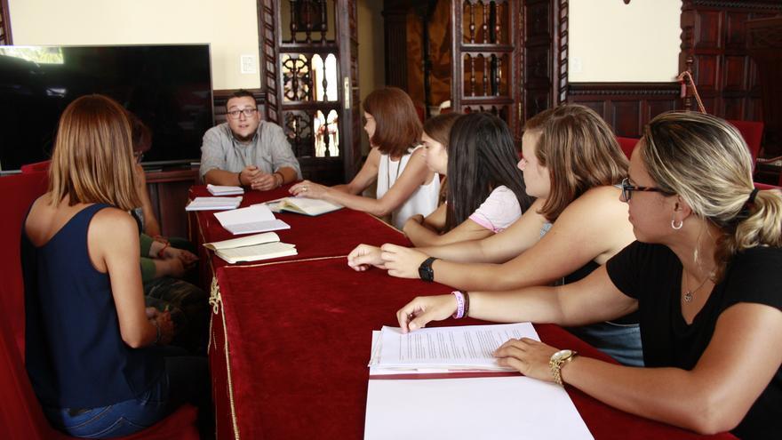 En la imagen, reunión para la preparación del evento.