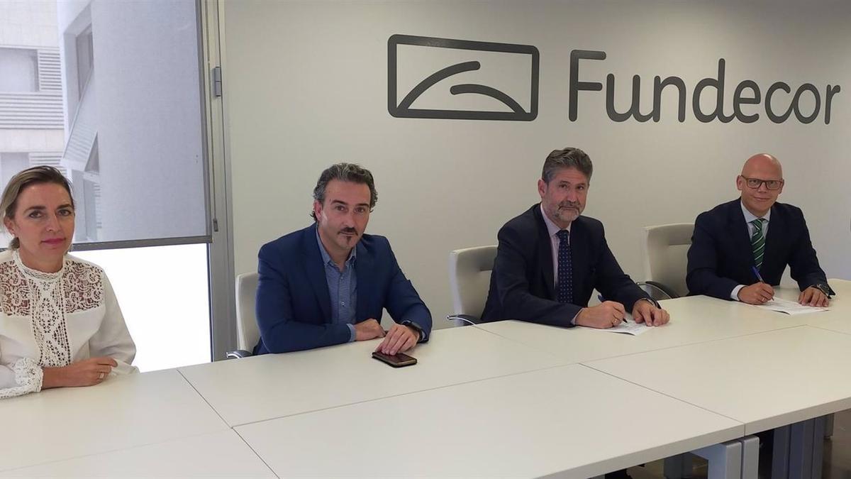 Luque y Cañadilla (centro), entre Linares y Peñafiel, durante la firma del convenio en la sede de Fundecor.