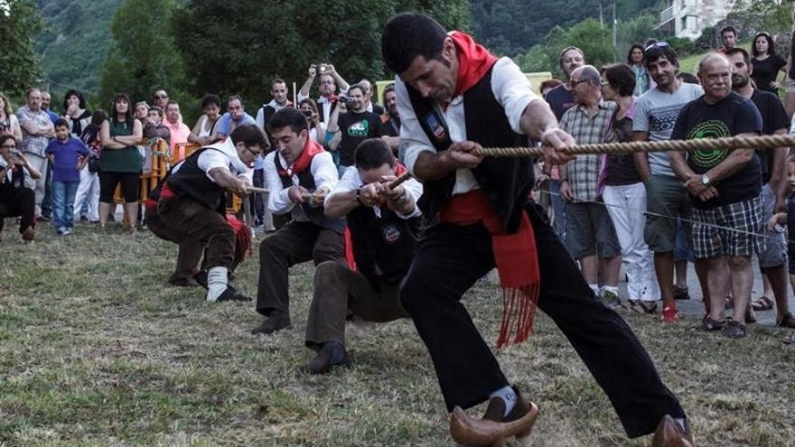 Deportes rurales en el Festival Folk de Borleña.
