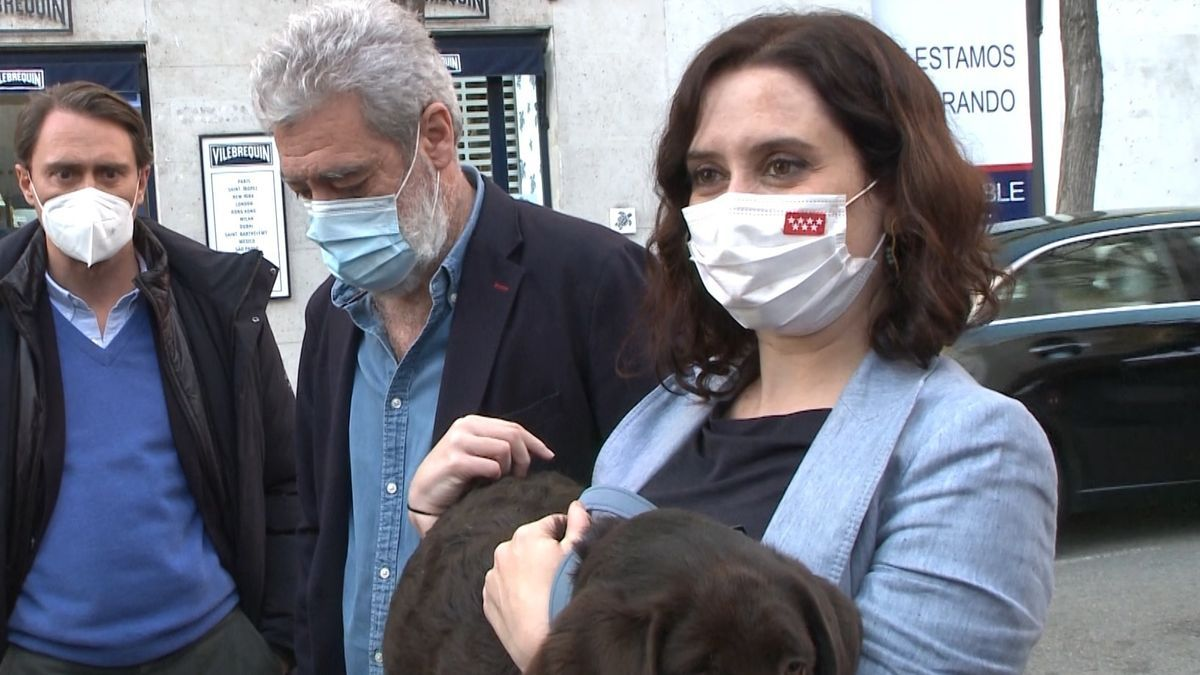 La presidenta de la Comunidad de Madrid, Isabel Díaz Ayuso, junto a su jefe de gabinete, Miguel Ángel Rodríguez.