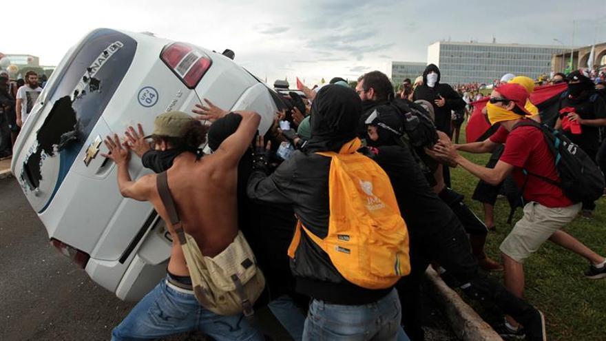 Miles de personas protestan contra Temer frente al Congreso brasileño
