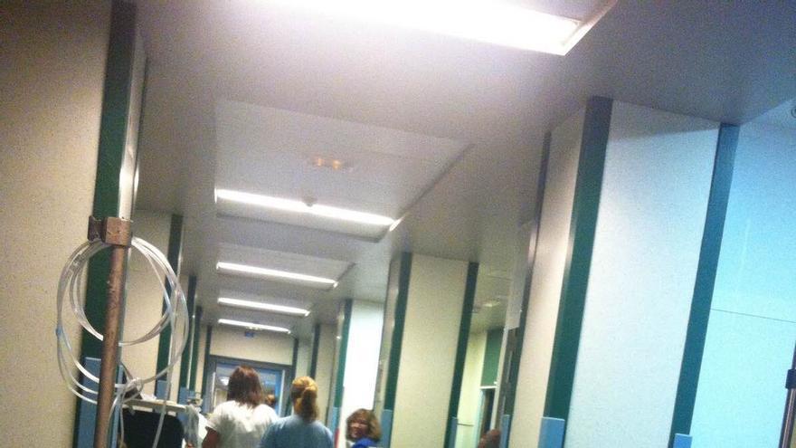 Fotografía de archivo de pacientes en los pasillos de urgencias del Hospital Insular.
