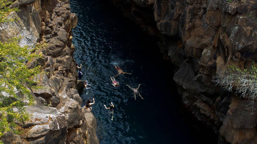 Bañistas en Las Grietas, uno de los lugares más impresionantes de Santa Cruz. VA