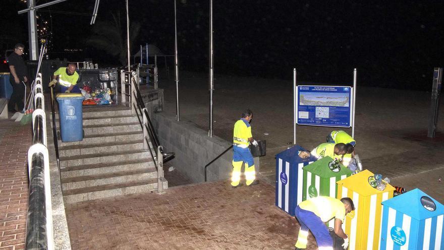 Reciclaje de residuos durante la noche de San Juan en la Playa de Las Canateras.