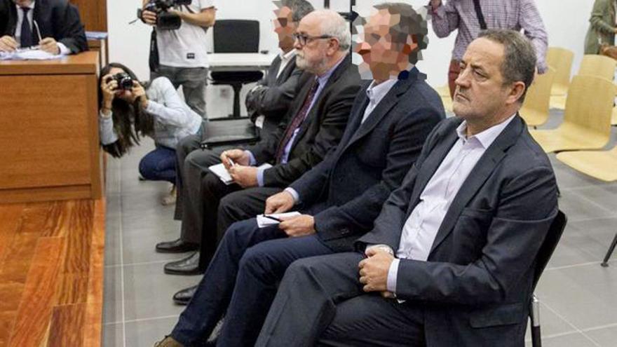 Agapito Iglesias, primero por la derecha, y Carlos Esco, segundo por la izquierda, en el banquillo de la Audiencia en otro asunto por el que fueron finalmente absueltos