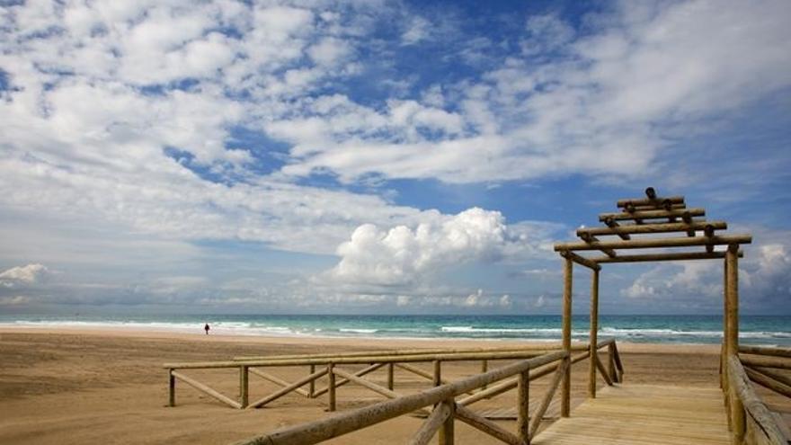 El Ayuntamiento de San Fernando fija en 30.000 personas el aforo de la playa de Camposoto