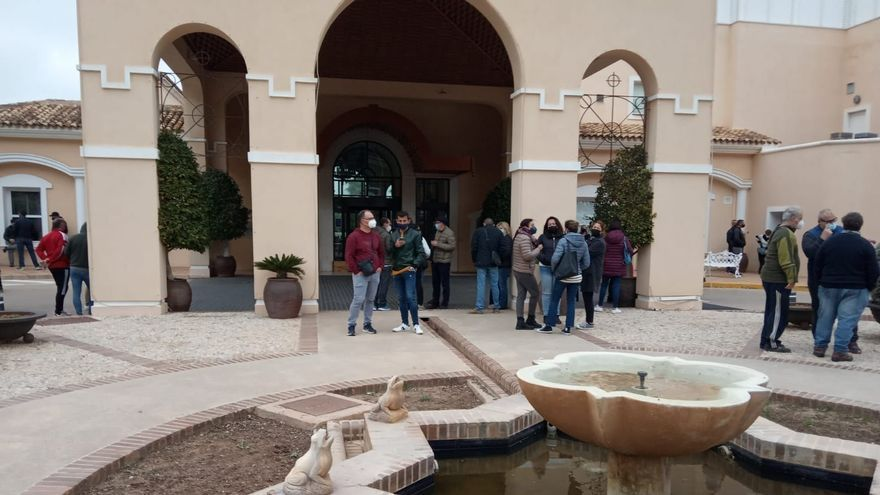 Trabajadores y representantes sindicales a las puertas del Hotel Príncipe Felipe a la espera de confirmar el fin de las negocaciones con Hesperia