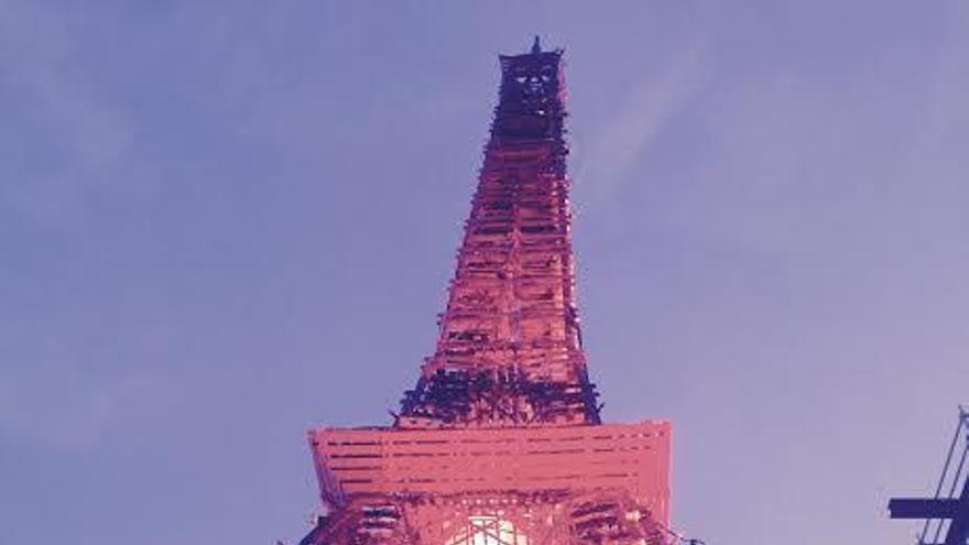 Réplica de la Torre Eiffel hecha en madera y ubicada en el recinto de la cumbre. (CANARIAS AHORA)