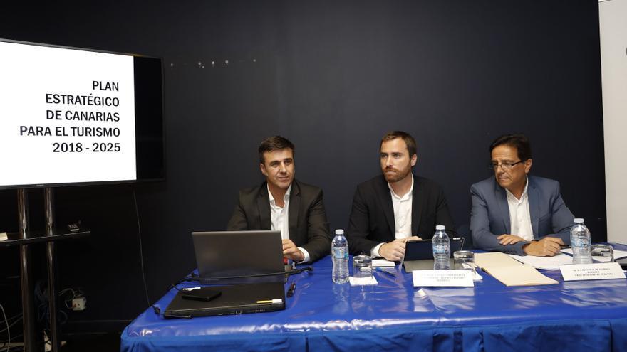 El consejero de Turismo (c) en la rueda de prensa sobre el Plan Estratégico de Canarias para el Turismo 2018-2025.