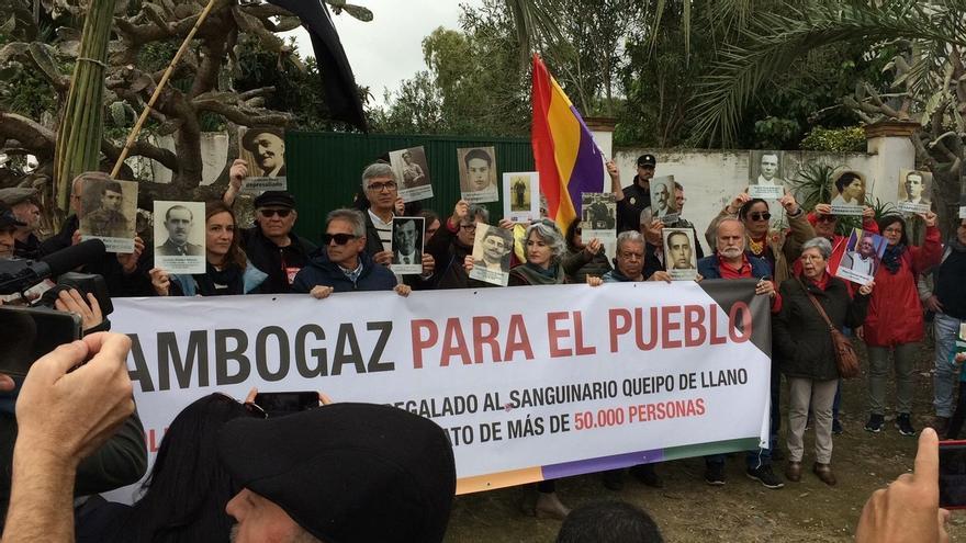 Unas 200 personas marchan en Camas para que el cortijo de Gambogaz deje de ser de la familia de Queipo