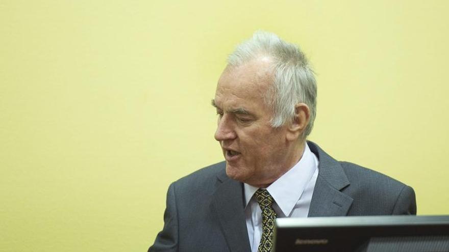 """El exlíder serbobosnio Mladic califica de """"satánico"""" al TPIY en el juicio contra Karadzic"""