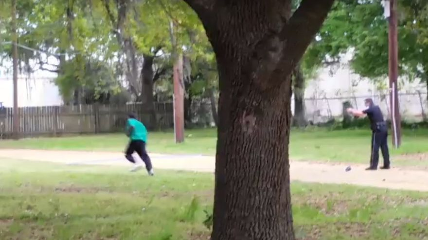 El policía dispara a su víctima cuando esta huye a varios metros de distancia. Imagen del vídeo difundido por el NYT.