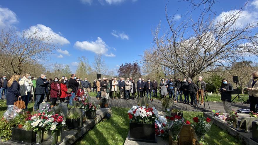 Asistentes al homenaje al concejal socialista Froilán Elespe en el 20 aniversario de su asesinato a manos de ETA, Lasarte-Oria
