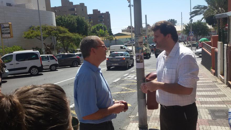 José Ángel Martín conversa con un vecino de Ofra.