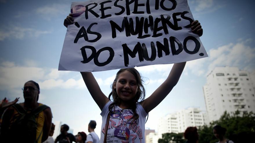 Mujeres participan en la marcha en conmemoración al Día Internacional de la Mujer, este viernes en la avenida Paulista en Sao Paulo (Brasil)