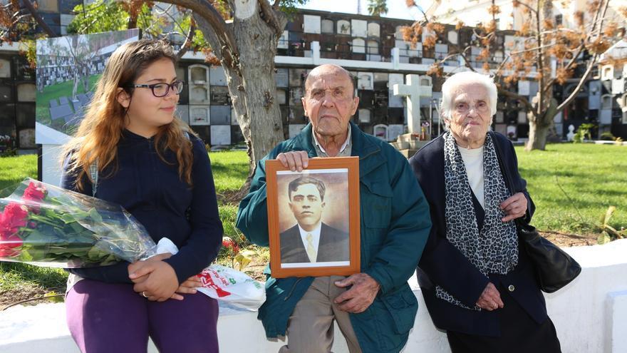 Homenaje a los 63 republicanos fusilados en la isla durante la Guerra Civil y enterrados en Vegueta. (ALEJANDRO RAMOS)