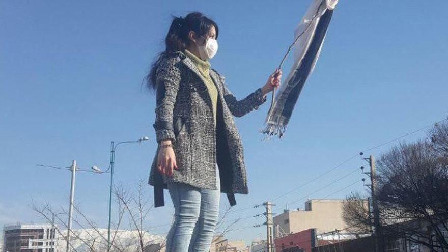 Una mujer enseña su pañuelo encima de una estructura elevada en la ciudad de Karaj en protesta por el uso obligatorio del velo © White Wednesdays Campaign
