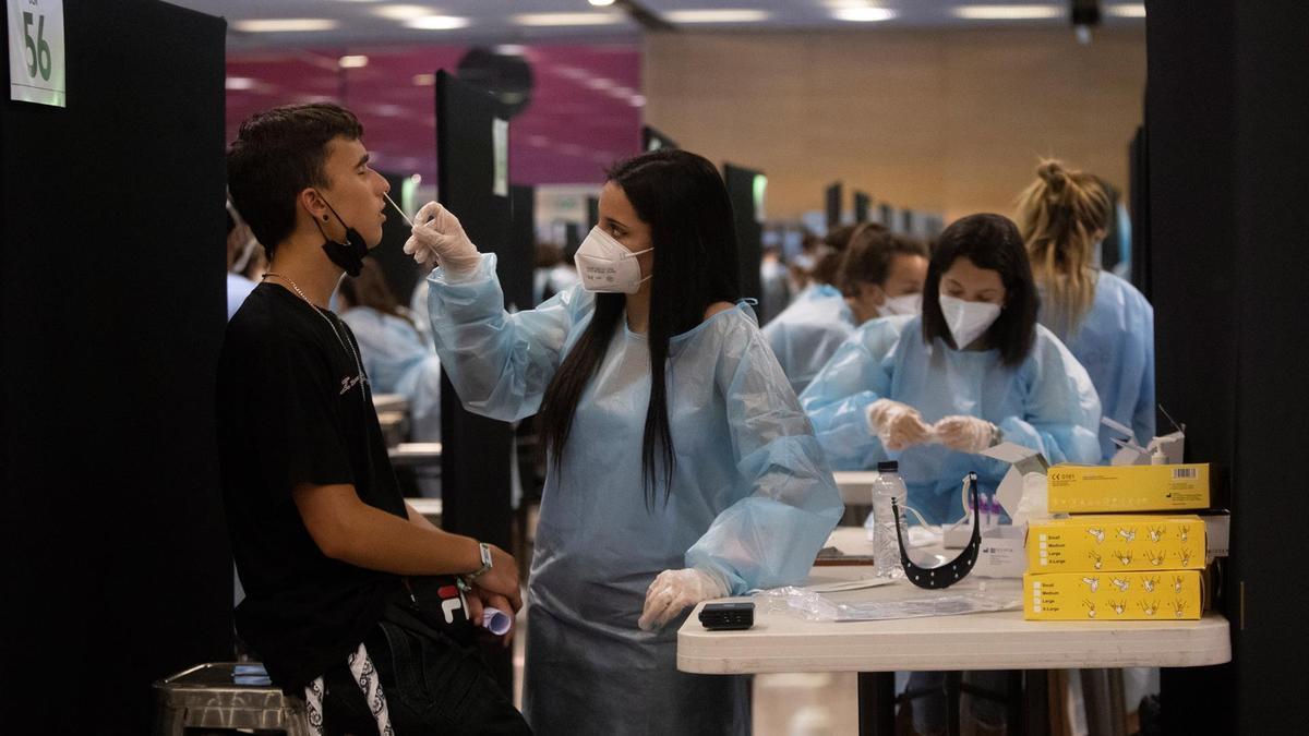 Personal sanitario realiza pruebas de diagnóstico para detectar el coronavirus.