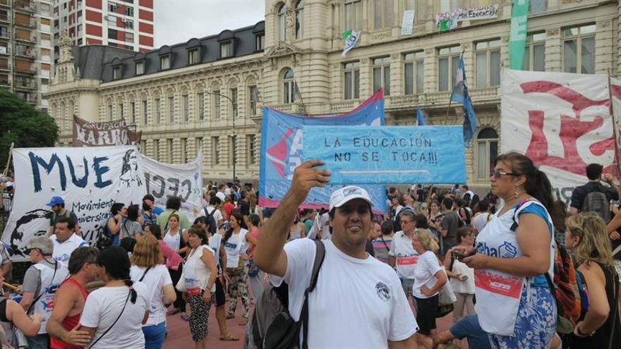 Miles de docentes argentinos inician una concentración para pedir mejoras salariales