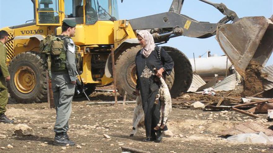 El ejército israelí destruye los hogares y corrales de población palestina en Hadidiya, marzo de 2008. © AI