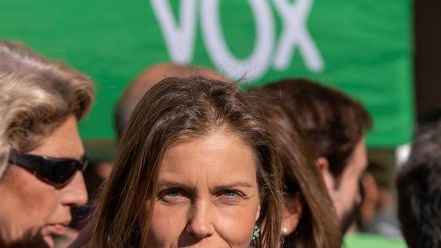 La portavoz de Vox en el Ayuntamiento de Sevilla, Cristina Peláez, enseña uno de los fetos de plástico repartidos el Día de los Santos Inocentes.