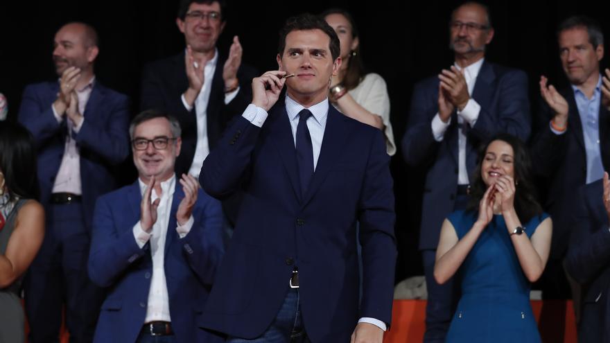 Rivera recibe los aplausos de los dirigentes de Ciudadanos en el acto del partido en Madrid.