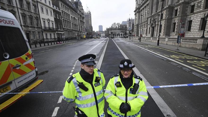 Una mujer herida y cuatro detenidos en una operación antiterrorista en R.Unido