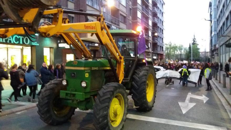 Mujeres agricultoras abren la manifestación del 8M en Vitoria a bordo de su tractor.