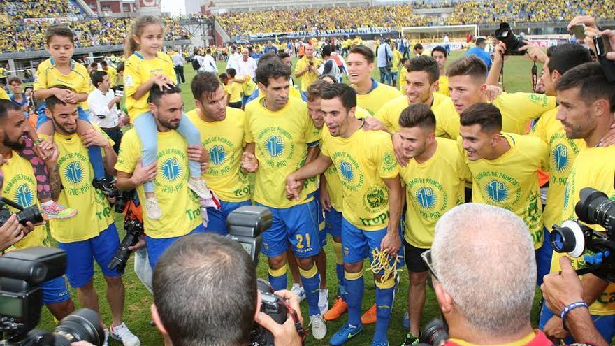 Los jugadores de la UD celebran el ascenso.  (ALEJANDRO RAMOS)
