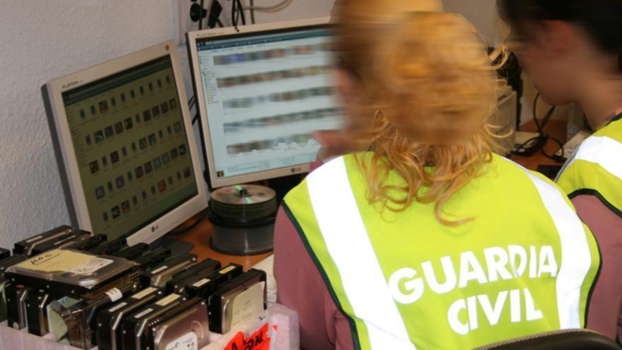 Dos investigadoras del grupo de Delitos Telemáticos de la Guardia Civil buscan información en internet / Guardia Civil