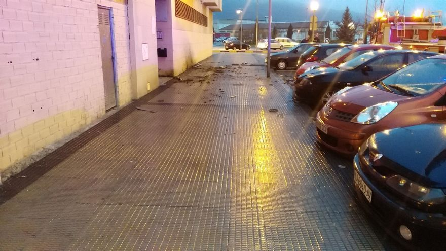 Se desprende un trozo de alero en la calle Tiburcio Redín de Pamplona
