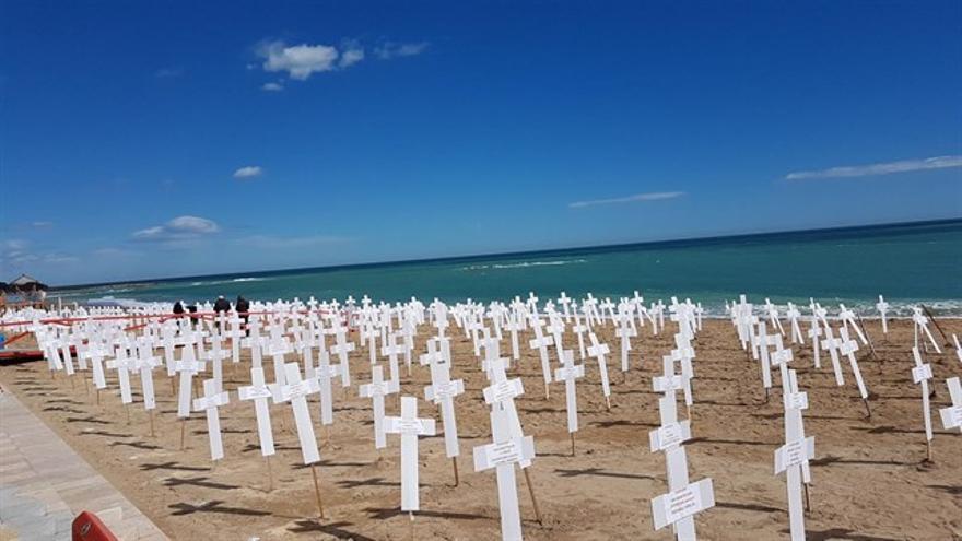 Las  cerca de 800 tumbas simuladas en la playa de Vinaròs