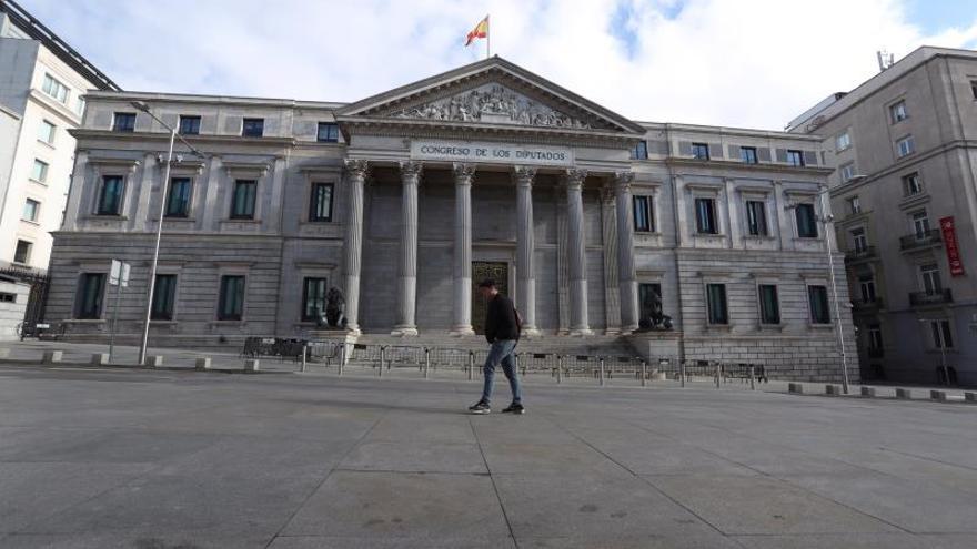 Un hombre pasa ante el Congreso de los Diputados, en Madrid.