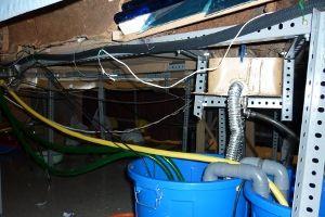 Parte del entramado de cables y tubos instalados debajo del belén y que hacen posible el funcionamiento de la cascada y del río
