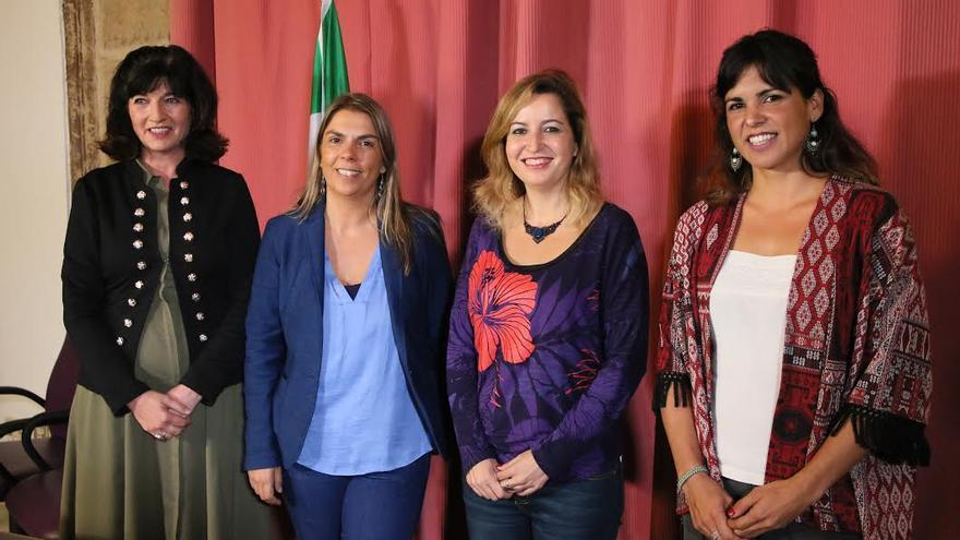 Las tres candidatas con Pilar González, izquierda, antes de su debate.
